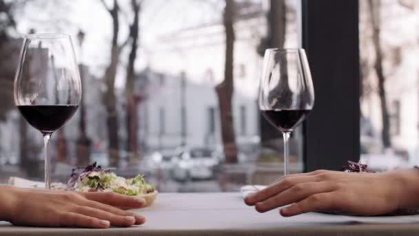 Zblízka záběr mužských a ženských rukou spojující, romantické rande v kavárně, zpomalení