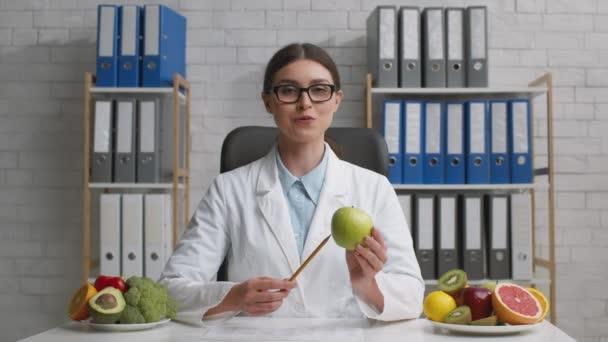 Online nutriční výchova. Přiblížit portrét přátelské mladé profesionální ženy nutriční mluvící na kameru