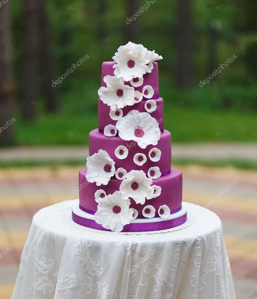 Grand Gateau De Mariage Avec Des Fleurs Photographie