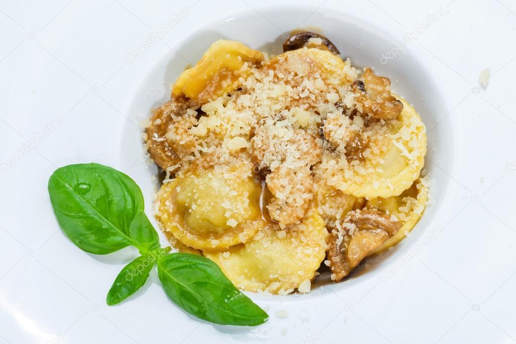 Ravioli de setas de la cocina tradicional italiana — Foto de stock ...