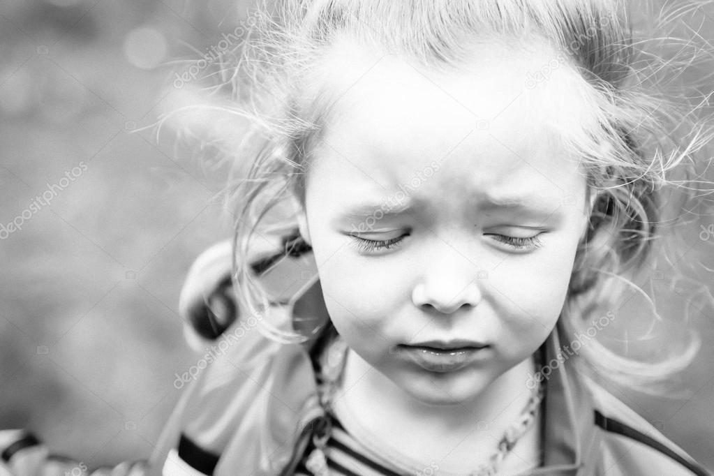Ritratto di una ragazza triste con gli occhi chiusi in - Immagine di una ragazza a colori ...