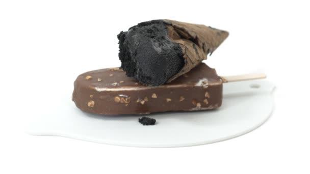 černá zmrzlina na čokoládové glazované nanuky s pohyblivým světlem