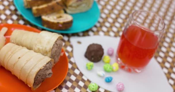 různé zmrzliny ve vaflích, dezertech a džusu podávané na stole