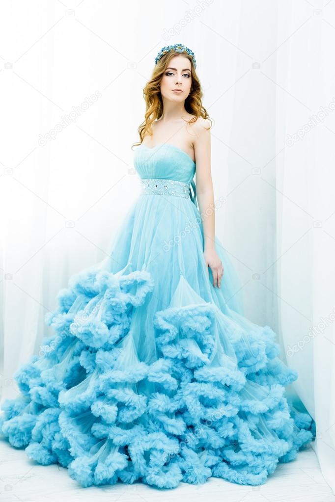 2b9ad5744 Joven bella mujer con cabello largo morena posando elegante vestido azul  oscuro — Foto de ...