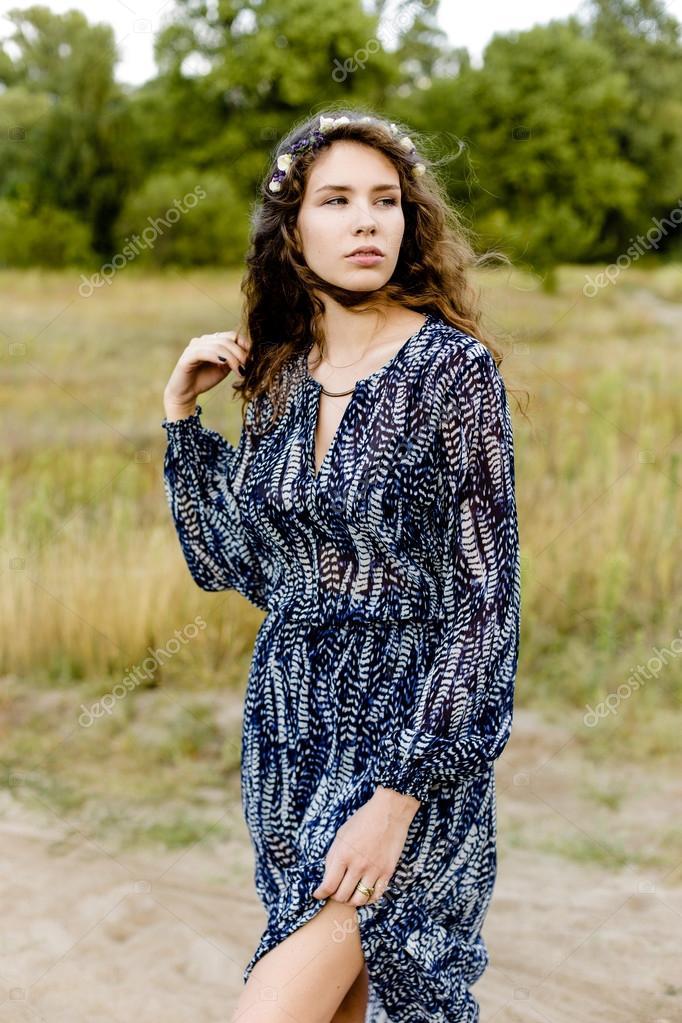 c89dcde622b8 Giovane ragazza in vestiti etnici — Foto Stock © smmartynenko  120729986