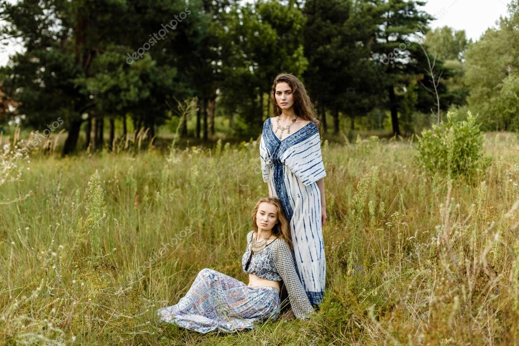 6d32f194ca5c Giovani ragazze in vestiti etnici — Foto Stock © smmartynenko  120730208