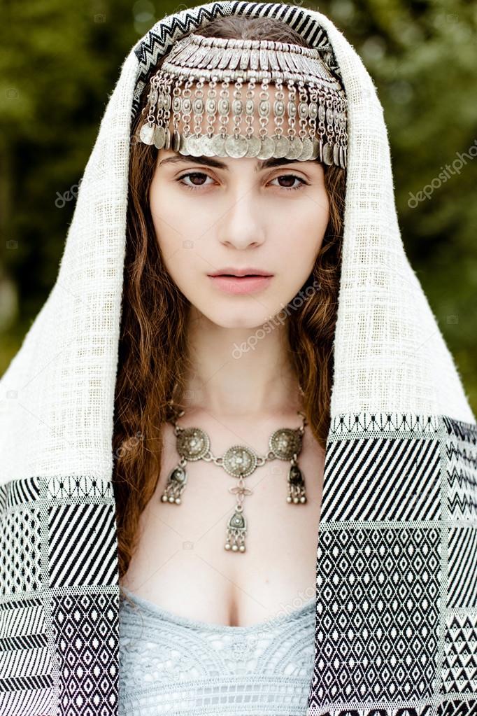 cea6ba472fee Giovane ragazza in vestiti Crimean Tatar folk tradizionale a piedi nei  campi — Foto di smmartynenko