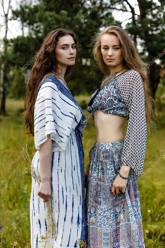 73a5296671fb Giovani ragazze in vestiti etnici — Foto Stock © smmartynenko  120730390