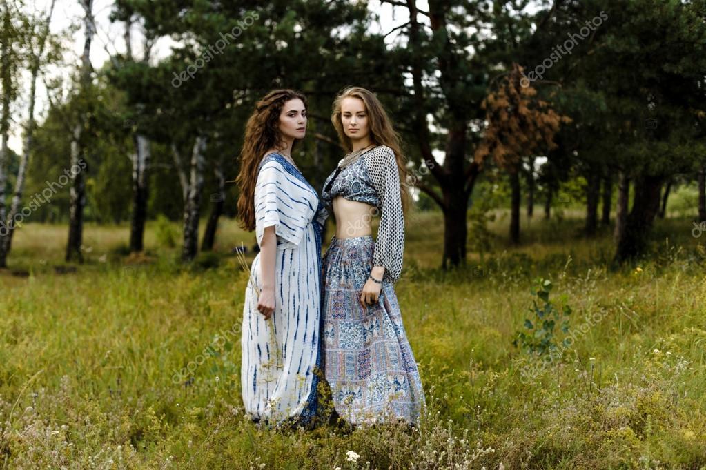 c1bacf242fc7 Giovani ragazze in vestiti etnici — Foto Stock © smmartynenko  120730460