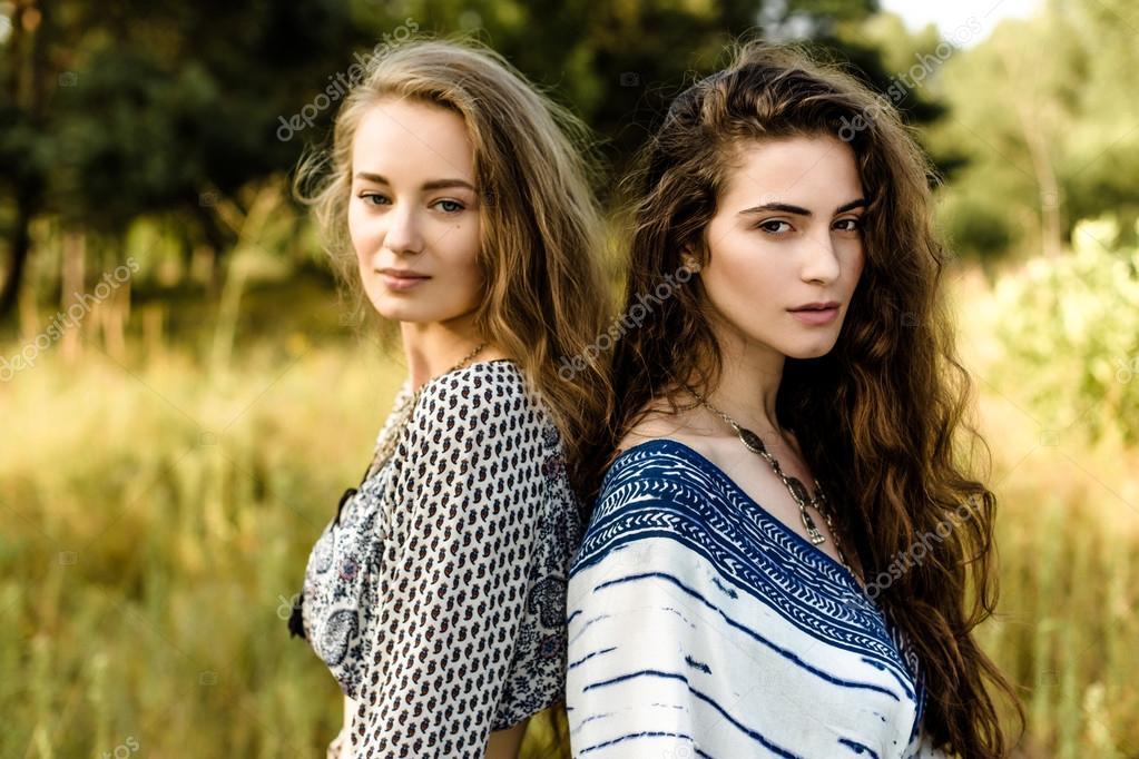 d78f3f665768 Giovani ragazze in vestiti etnici — Foto Stock © smmartynenko  120730538