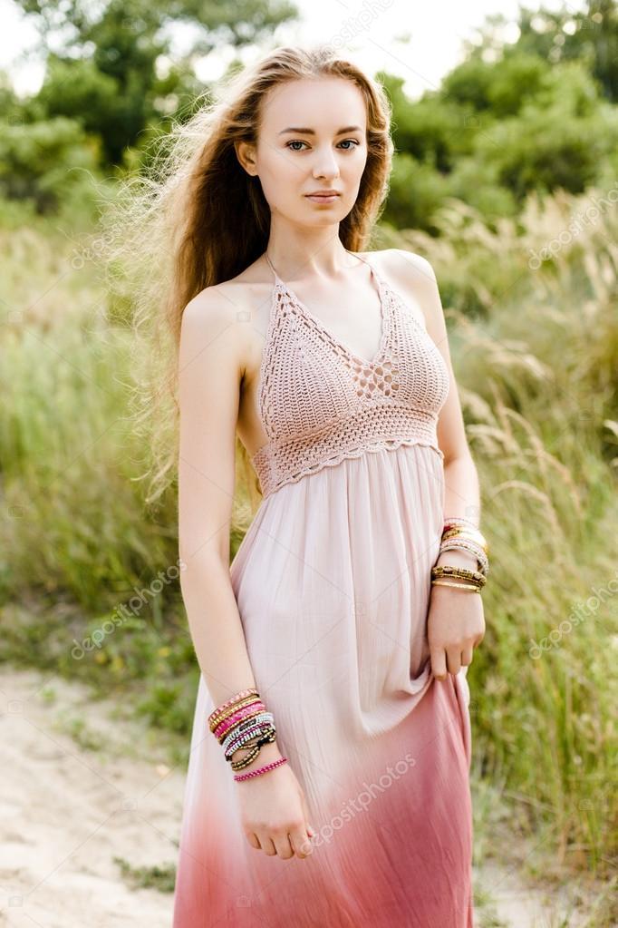 62a4e94deb08 Giovane ragazza in abito crochet — Foto Stock © smmartynenko  120730564