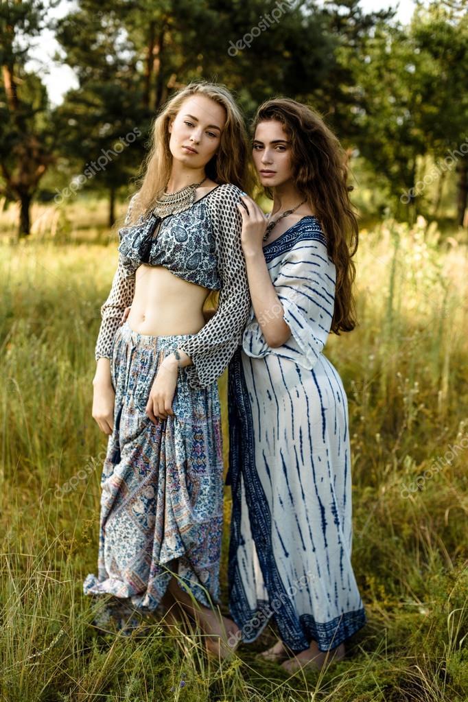 c344e6e4c606 Giovani ragazze in vestiti etnici — Foto Stock © smmartynenko  120730608