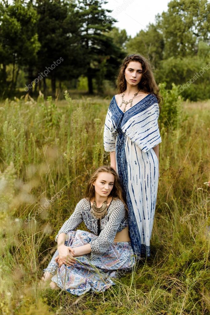 acdecdbc6305 Giovani ragazze in vestiti etnici — Foto Stock © smmartynenko  120730616