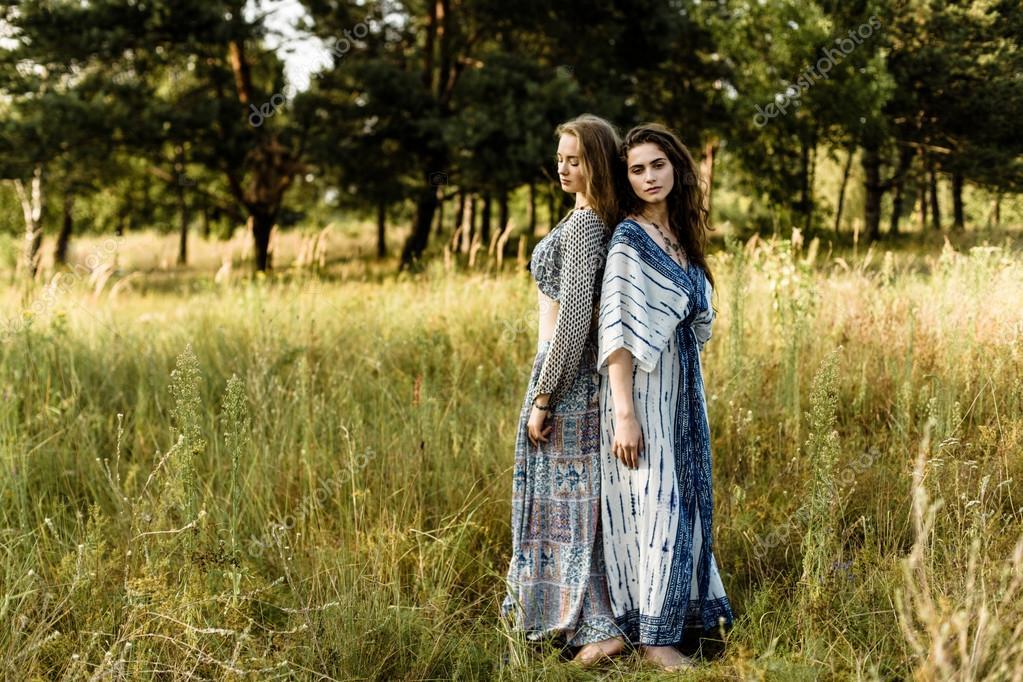 a64615834711 Giovani ragazze in vestiti etnici — Foto Stock © smmartynenko  120731088