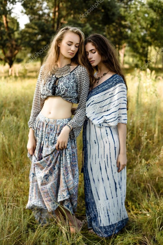 c8c9af28e058 Giovani ragazze in vestiti etnici — Foto Stock © smmartynenko  120731094