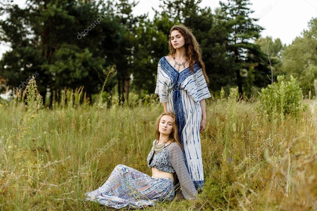0c36ef975ba4 Giovani ragazze in vestiti etnici — Foto Stock © smmartynenko  120731206