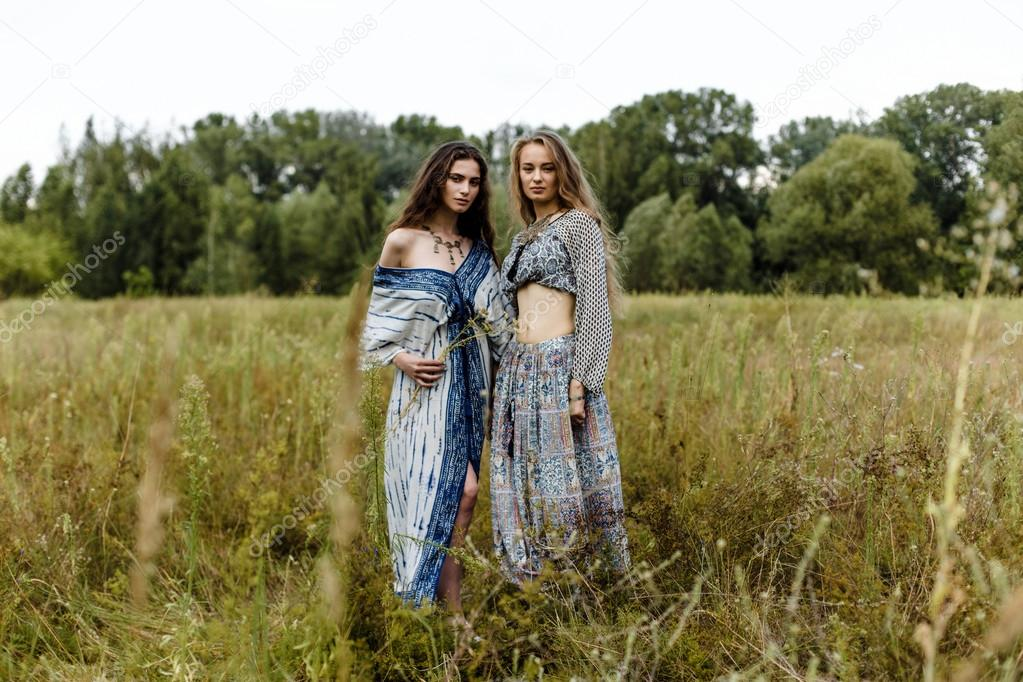 32f18f142ed3 Giovani ragazze in vestiti etnici — Foto Stock © smmartynenko  120731274