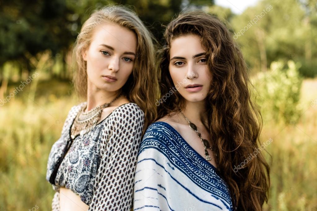 39983563d0a3 Giovani ragazze in vestiti etnici — Foto Stock © smmartynenko  120731544