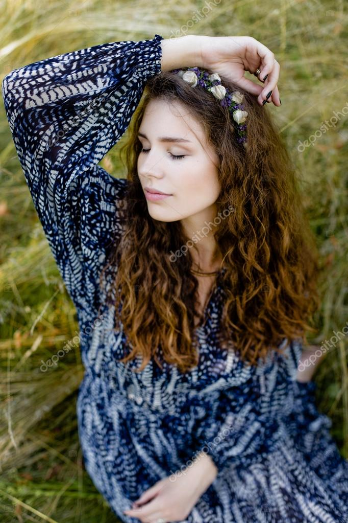 a3087a2ee6c4 Giovane ragazza in vestiti etnici — Foto Stock © smmartynenko  120731672