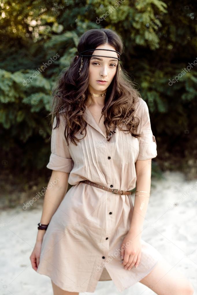 e39709cb3c64 Giovane ragazza in vestiti etnici — Foto Stock © smmartynenko  121053268