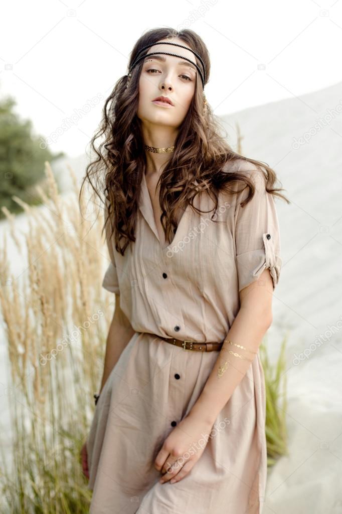 f2ed5b63aaeb Giovane ragazza in vestiti etnici — Foto Stock © smmartynenko  121053468