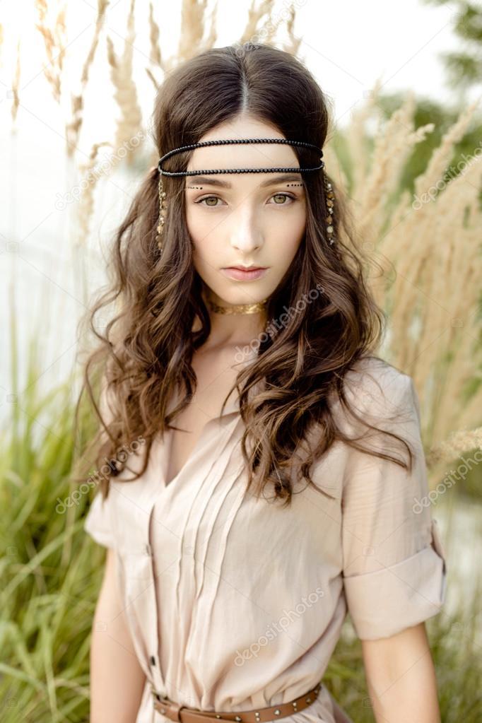 4e95cc92c455 Giovane ragazza in vestiti etnici — Foto Stock © smmartynenko  121053664