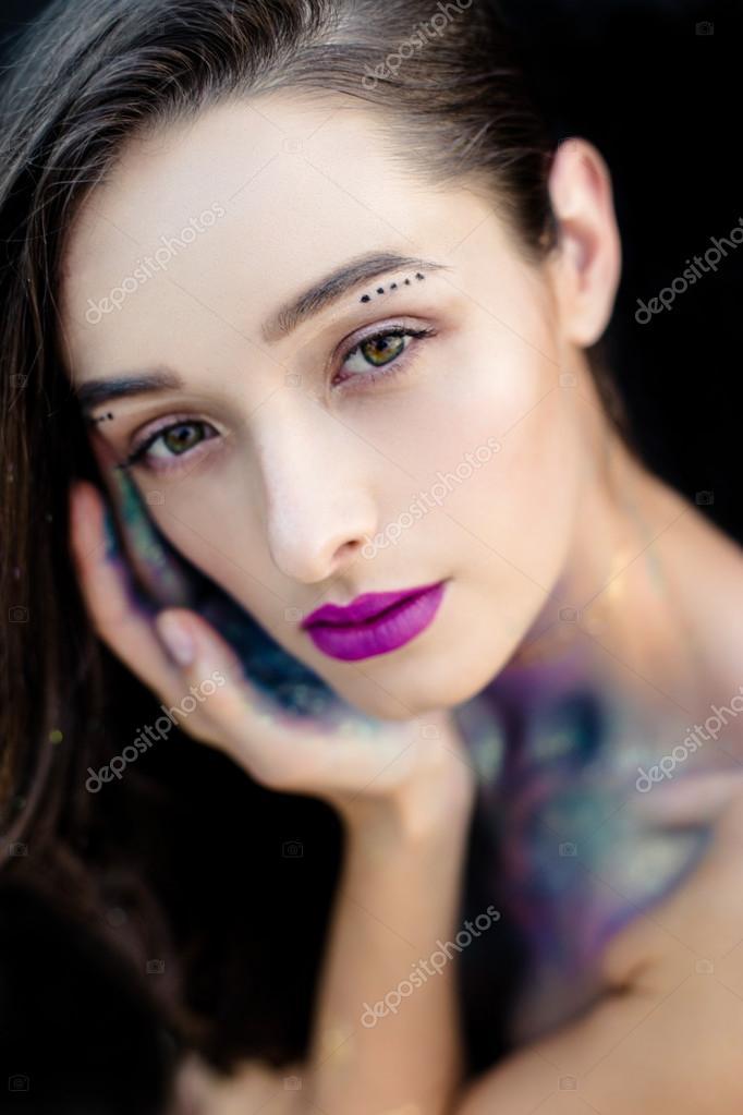 bbe278f31f58 Giovane ragazza con trucco scintillante — Foto Stock © smmartynenko ...