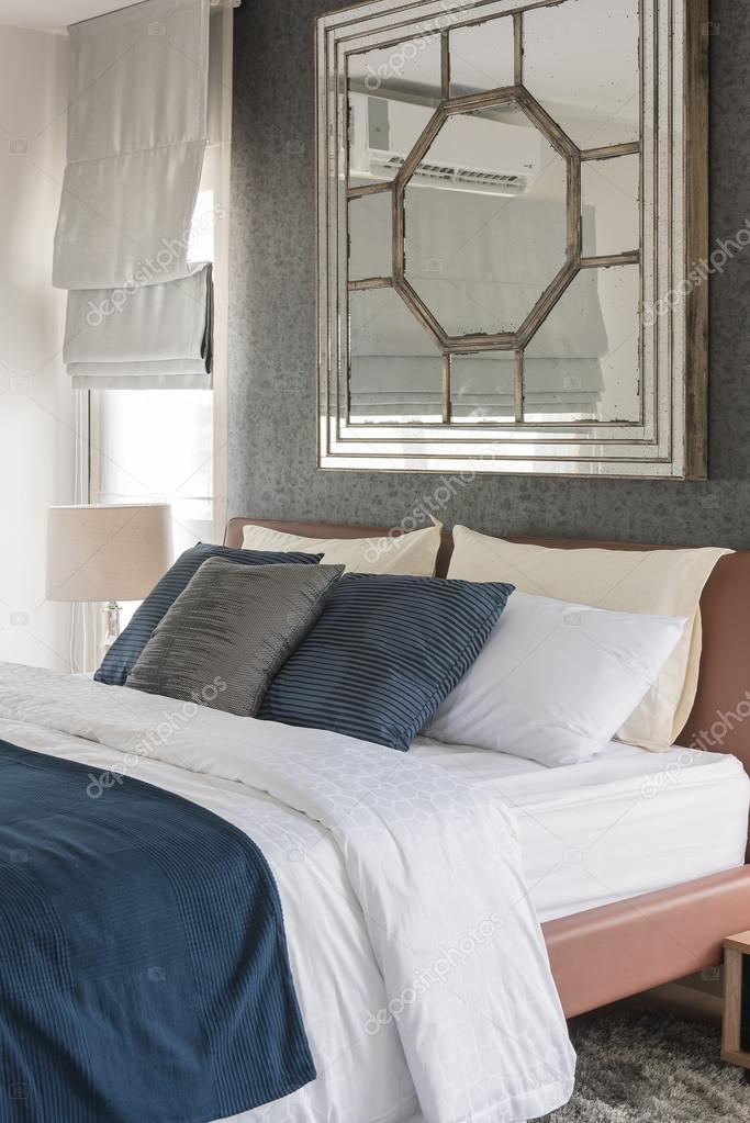 Chambre moderne avec la tonalité de couleur bleu et blanc ...
