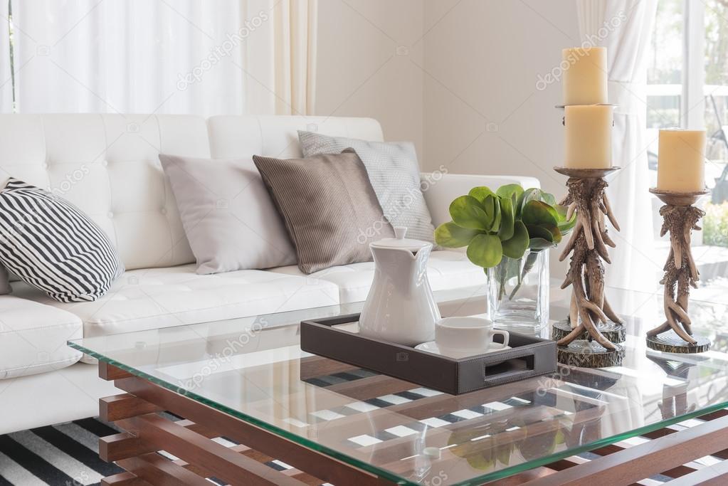 Decoratie versiering en kopje koffie op de glazen tafel in moderne