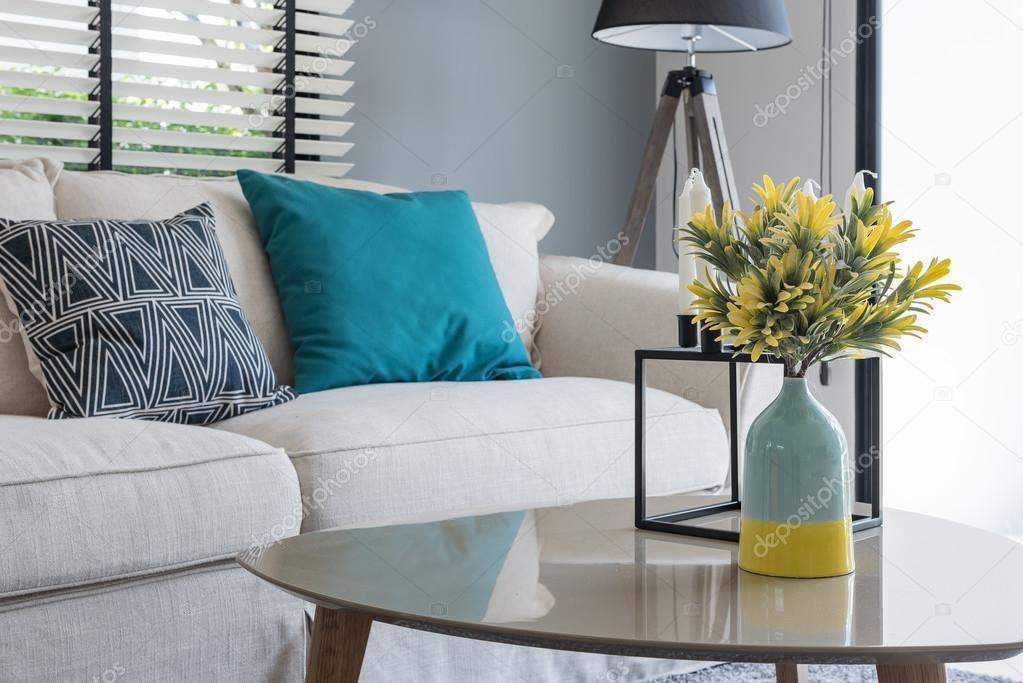 moderne woonkamer met moderne stoel en bank met vaas van plant, Deco ideeën