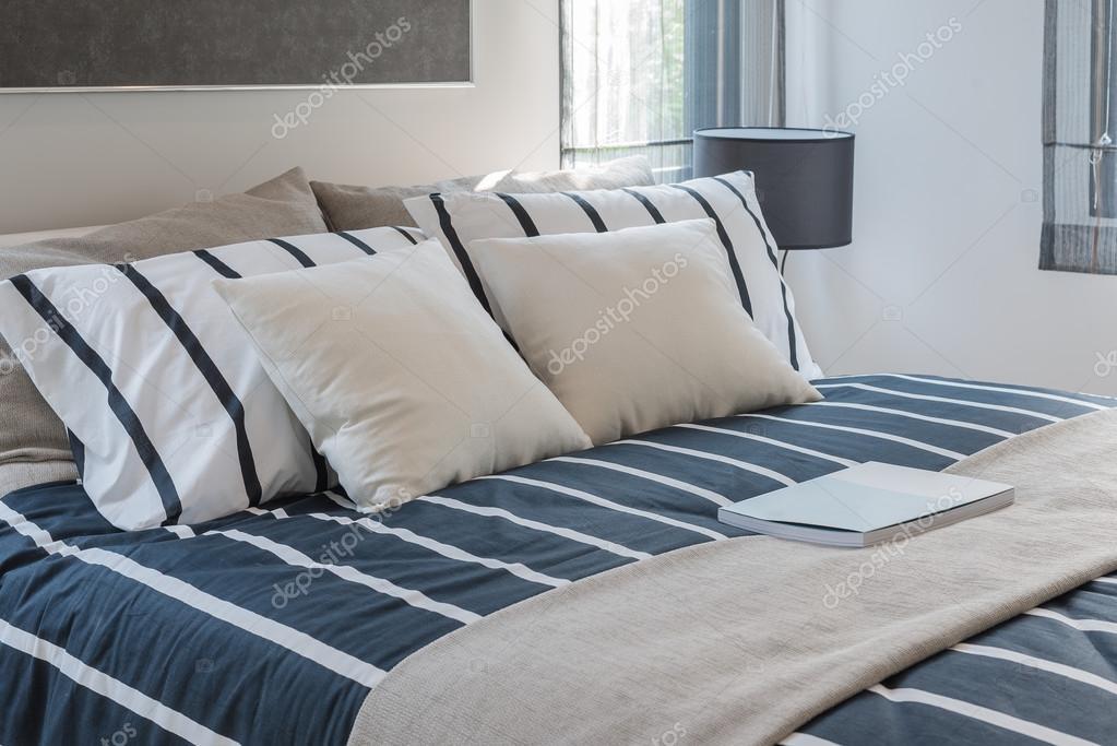 Camera da letto moderna con letto blu e cuscini — Foto Stock ...