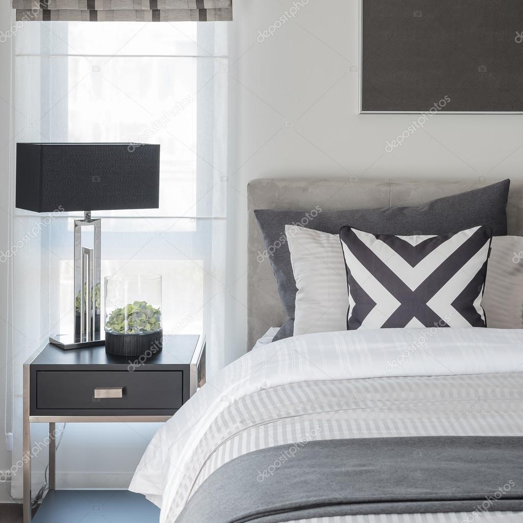 Stile bianco e nero camera da letto moderna con lampada nera ...