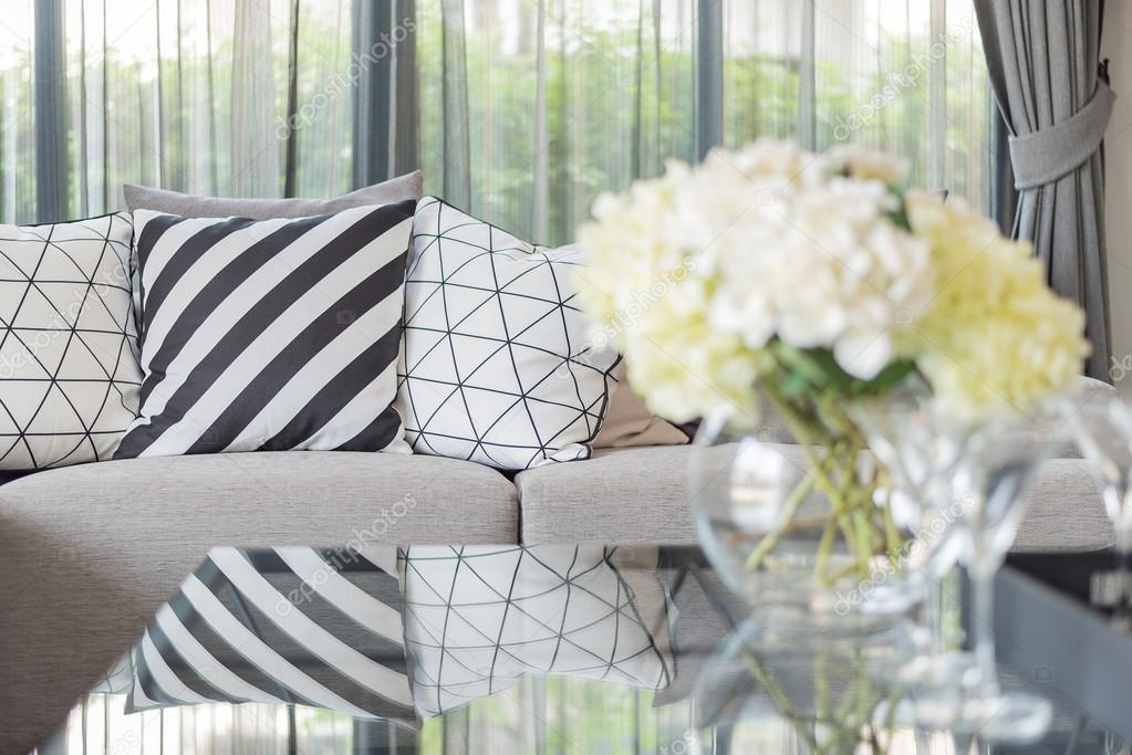 Modernen Wohnzimmer Mit Schwarzen Und Weissen Kissen Auf Sofa Grau Stockfoto 100558872