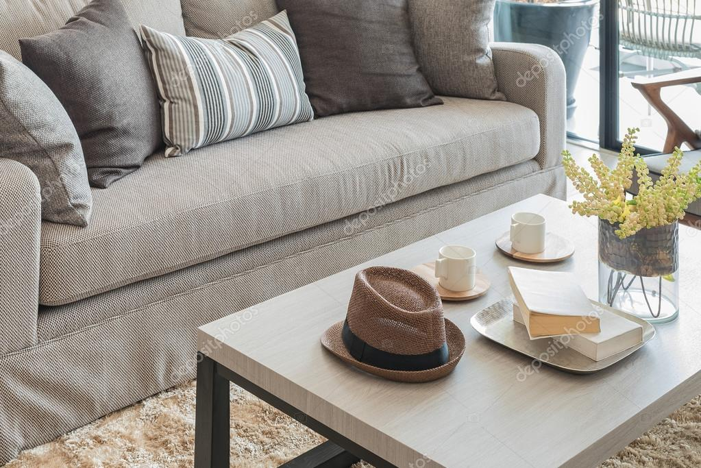 moderne woonkamer met kussens op de Bank — Stockfoto ...