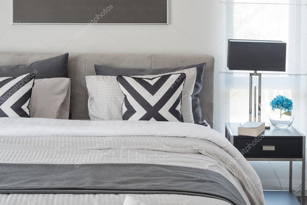 zwart-wit moderne slaapkamer stijl met zwarte lamp — Stockfoto ...
