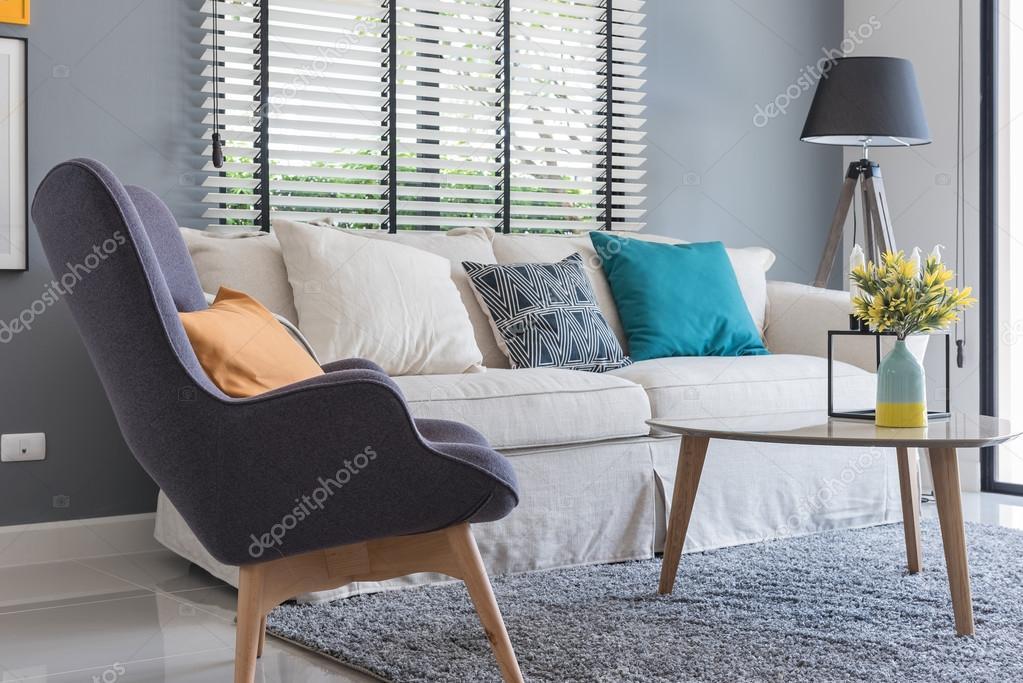 moderne woonkamer met moderne stoel en Bank met vaas van plant ...