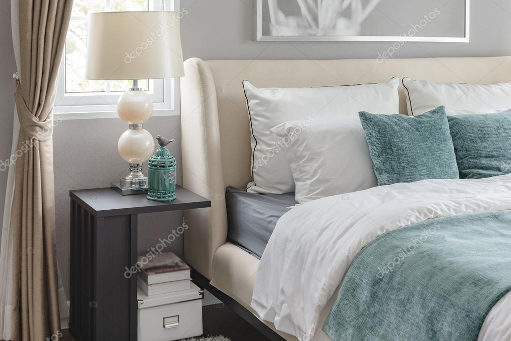 Slaapkamer Kleur Groen : Luxe slaapkamer met groene kleur toon en classic lamp u stockfoto