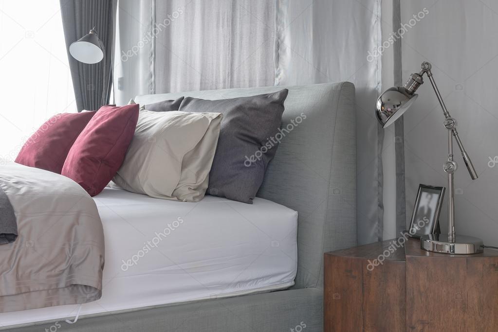 Zwarte Slaapkamer Lamp : Zwarte lamp in het ontwerp van de moderne slaapkamer met rode