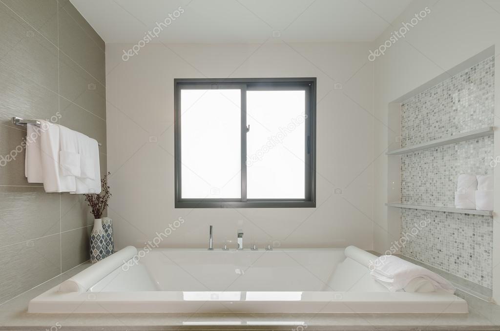 a kád fehér fürdőszoba WC-vel — Stock Fotó © khongkitwiriyachan ...