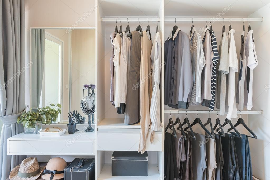 Stockfoto Overhemden Hangen En Witte Met — Broek Kledingkast drhtQs