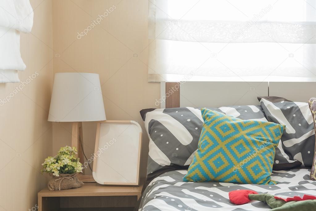 Kinder Schlafzimmer mit bunten Kissen auf weißen Bett und moderne ...