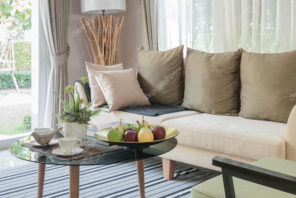 Moderne Wohnzimmer Design Mit Runden Glastisch Auf Teppich Stockfoto 110904662