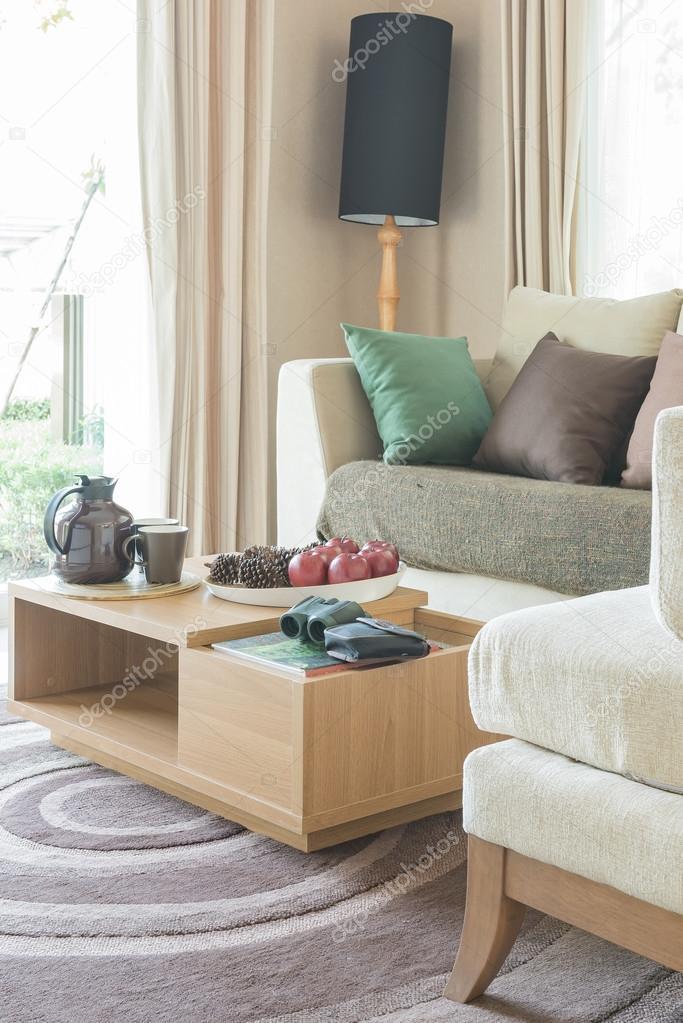 moderne Wohnzimmer Design mit Holztisch auf Teppich — Stockfoto ...