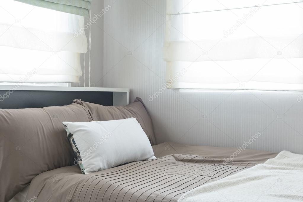 lit simple avec ensemble de coussins dans la chambre à coucher ...