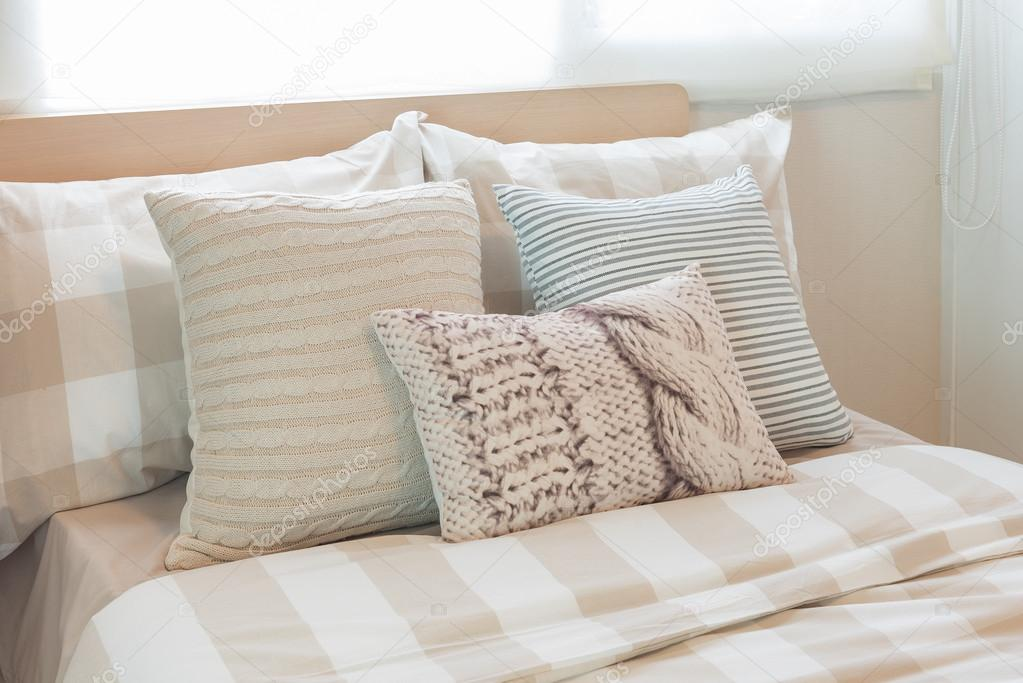 Come Posizionare I Cuscini Sul Letto.Set Of Pillows On Modern Bed In Modern Bedroom Stock Photo