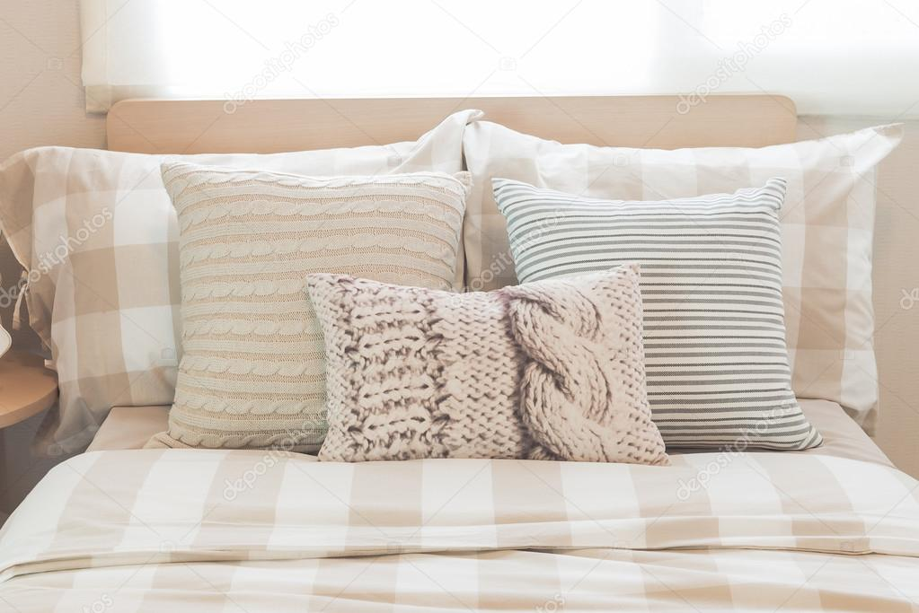 Set di cuscini sul letto moderno in camera da letto for 2 piani di camera da letto