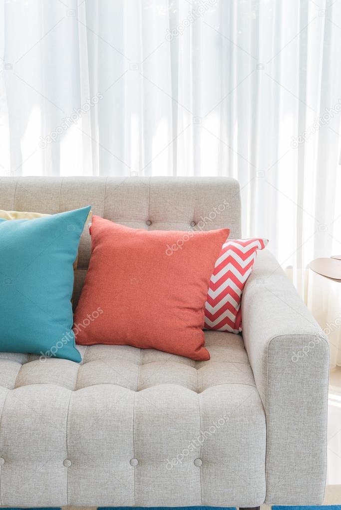 Klassisches Sofa bunte kissen auf klassisches sofa stil stockfoto
