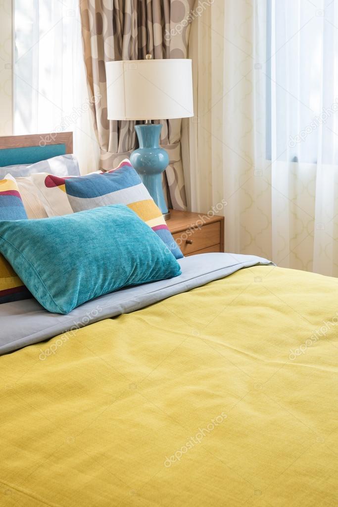 Bunte Kissen Auf Hölzernen Bett Im Modernen Schlafzimmer Design Mit  Holztablett Tee Set U2014 Foto Von Khongkitwiriyachan