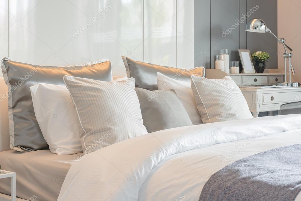 cuscini set sul letto con vaso di fiori in camera da letto di lusso ...