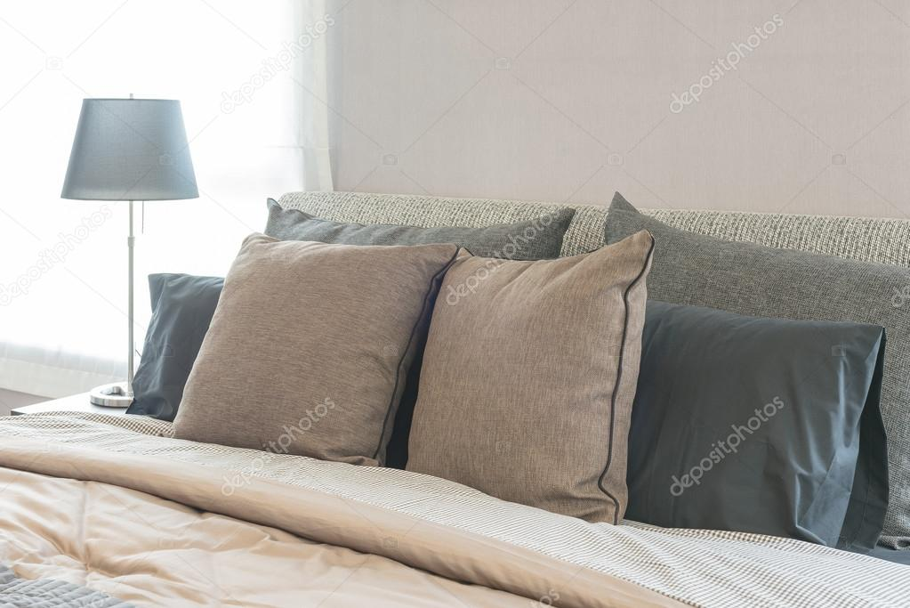 set di cuscini sul letto moderno in camera da letto design — Foto ...